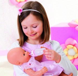 Любит играть в куклы